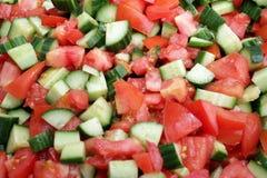 Salada do tomate e do pepino com azeite Salada do vegetariano Alimento do vegetariano Conceito saud?vel comer Textura do fundo do foto de stock
