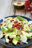 Salada do vegetariano com abacate, verdes, folhas, romã e folhas do letuce Tabela rústica de madeira fotografia de stock