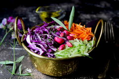 Salada do vegetariano de legumes frescos com feijões fotografia de stock royalty free