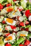 Salada do verão com tomates e ovos cozidos Imagens de Stock Royalty Free