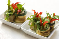 A salada do Zucchini rola com queijo imagens de stock