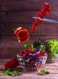 Salada doméstica com legumes frescos e verdes Foto de Stock Royalty Free