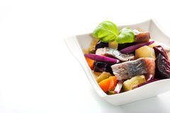 Salada dos arenques e da beterraba no prato branco horizontal Imagem de Stock