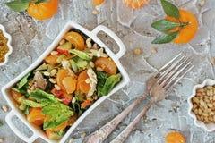 Salada dos espinafres e tanjerinas dietéticas com molho da mostarda e dos pinhões Fotos de Stock Royalty Free