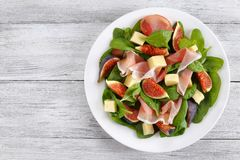 Salada dos espinafres, figos, prosciutto, queijo Foto de Stock