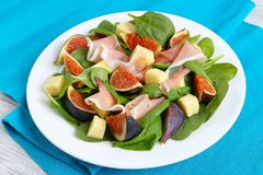 Salada dos espinafres, figos, prosciutto, queijo Imagem de Stock