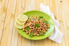 Salada dos grãos-de-bico do vegetariano com hortelã e especiarias Fotografia de Stock Royalty Free