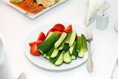 Salada dos pepinos e dos tomates imagens de stock