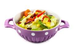Salada dos tomates de cereja e da alface de iceberg foto de stock