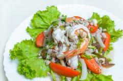 Salada dos vegetais com camarão foto de stock