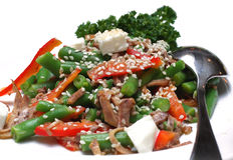 Salada dos vegetais com carne e um sésamo Fotografia de Stock
