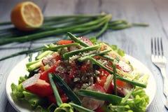 Salada dos vegetais da mola na placa branca vegan Imagens de Stock