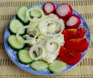 Salada dos vegetais e dos peixes fritados Foto de Stock Royalty Free