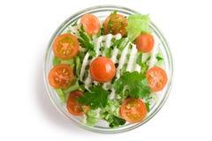Salada dos vegetais em uma bacia de salada de vidro fotografia de stock