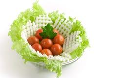 Salada dos vegetais em uma bacia de salada de vidro fotos de stock royalty free