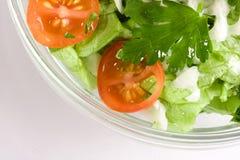 Salada dos vegetais em uma bacia de salada de vidro imagens de stock royalty free