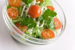 Salada dos vegetais em uma bacia de salada de vidro fotografia de stock royalty free