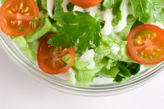 Salada dos vegetais em uma bacia de salada de vidro imagem de stock