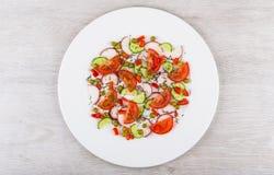 Salada dos vegetais variados na placa de vidro branca no tabl Fotografia de Stock