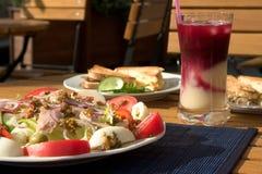 Salada e brindes fotografia de stock royalty free