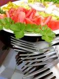 Salada e forquilhas do legume fresco na tabela Fotos de Stock