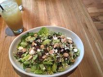 Salada e limonada frescas do verão Foto de Stock Royalty Free