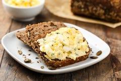 Salada e pão do ovo imagens de stock