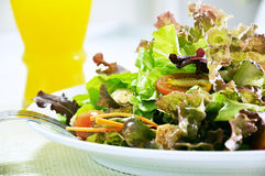 Salada e sumo de laranja frescos Foto de Stock