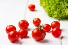 Salada e tomates da alface no fundo branco Fim acima Imagens de Stock