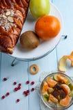 Salada e torta de fruto com frutos Imagens de Stock Royalty Free