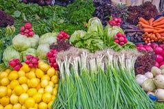 Salada e vegetais em um mercado Imagens de Stock