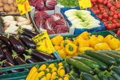 Salada e vegetais em um mercado Imagem de Stock Royalty Free