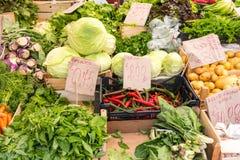 Salada e vegtables para a venda em um mercado Imagem de Stock