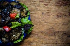 Salada e verdes da beringela Salada com azeite, sal do mar e pimenta cor-de-rosa imagens de stock royalty free