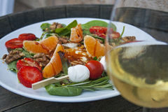Salada e vinho branco Fotos de Stock Royalty Free