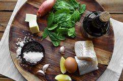 Salada em um fundo escuro, vista superior dos peixes, dos espinafres e do ovo Conceito saudável delicioso do alimento Fotografia de Stock