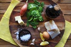 Salada em um fundo escuro, vista superior dos peixes, dos espinafres e do ovo Conceito saudável delicioso do alimento Fotografia de Stock Royalty Free