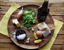 Salada em um fundo escuro, vista superior dos peixes, dos espinafres e do ovo Conceito saudável delicioso do alimento Imagem de Stock