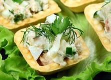 Salada em um tartlet cozido Fotografia de Stock Royalty Free