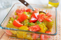 Salada em uma bacia de vidro Fotos de Stock
