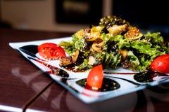 Salada em uma placa fotografia de stock