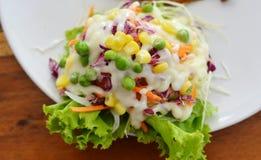 Salada em uma placa branca fotos de stock royalty free