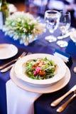 Salada em uma tabela de jantar Imagens de Stock