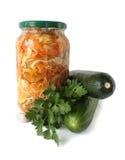 Salada enlatada em um banco e em uns legumes frescos Fotografia de Stock