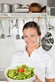 Salada fêmea de Holding Bowl Of do cozinheiro chefe Fotos de Stock Royalty Free