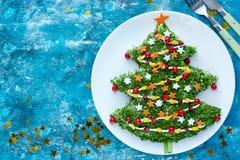 A salada festiva dada forma decorou a árvore de Natal imagens de stock