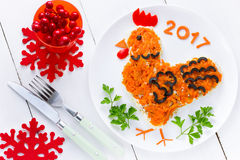 A salada festiva deu forma ao símbolo do galo ou do galo do ano novo 2017 sobre Fotos de Stock