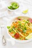 Salada fresca com abobrinha e cenouras imagens de stock
