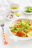 Salada fresca com abobrinha e cenouras em uma placa do vintage imagens de stock