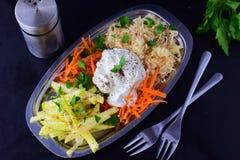 Salada fresca com aipo, maçã, cenoura com iogurte em uma placa de metal em um fundo cinzento Conceito saudável comer Fotos de Stock